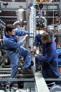 Installationsarbeit an Industriearmaturen Absperrschieber an einer Anlage